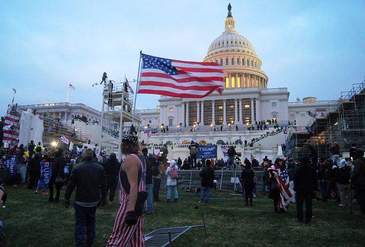 eine Gruppe von Menschen, die vor einer Menschenmenge stehen