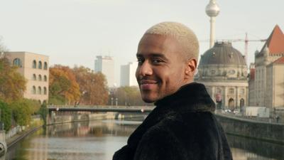 ein Mann steht vor einer Brücke