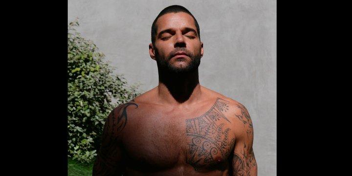 Ricky Martin mit nacktem tätowiertem Oberkörper